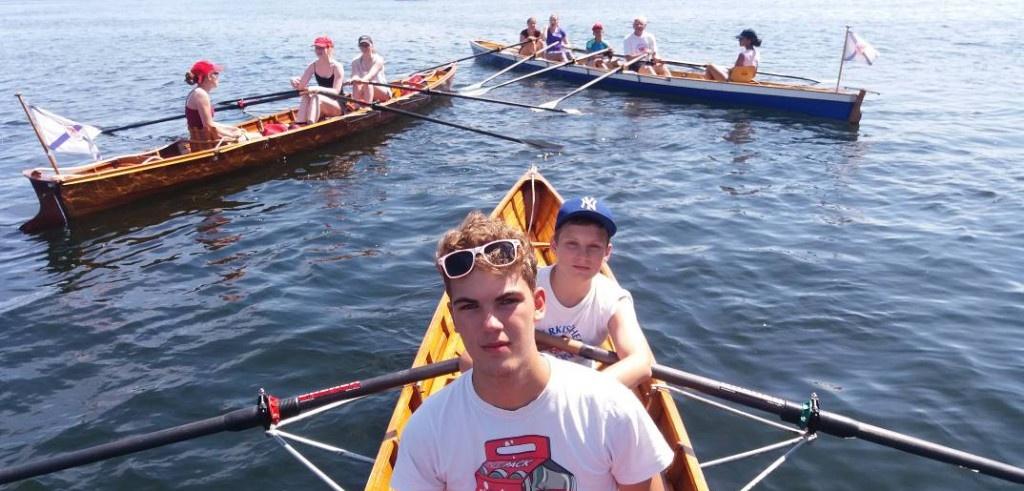 Die Jugendlichen machen Pause auf dem Wasser