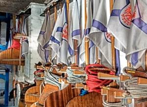 Flaggen in der Bootshalle des Märkischen Rudervereins