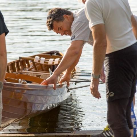 Boot ins Wasser lassen