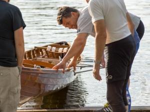 Ruderboot wird zu Wasser gelassen