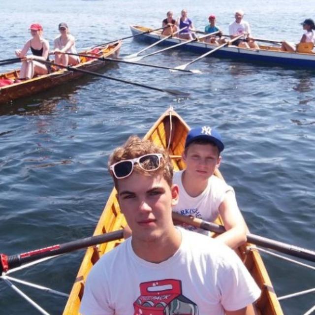 Jugendliche im Ruderboot