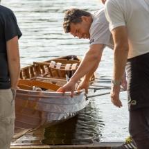 Ruderboot ins Wasser lassen