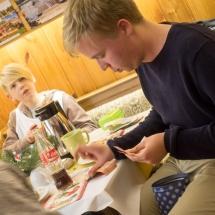 Jugendliche beim Kaffeetrinken