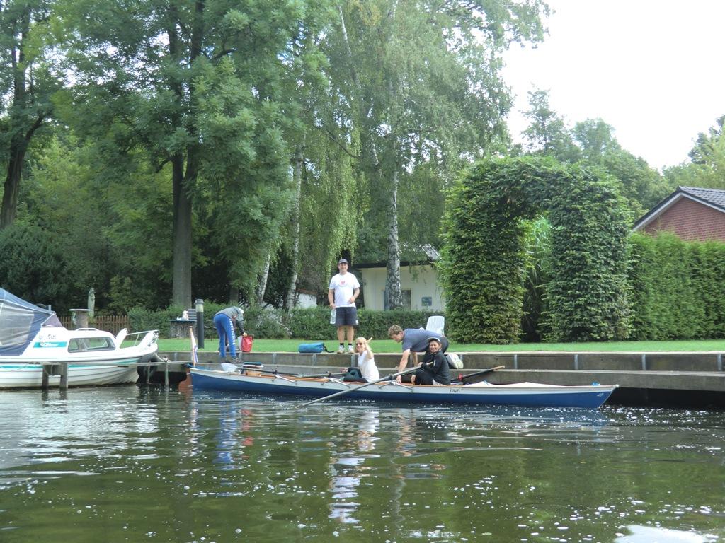 Einsteigen in die Boote auf der Wanderfahrt nach Lenin