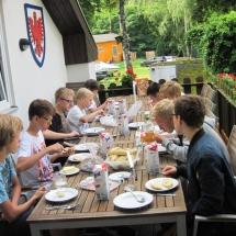 Jugendliche frühstücken auf der Terasse