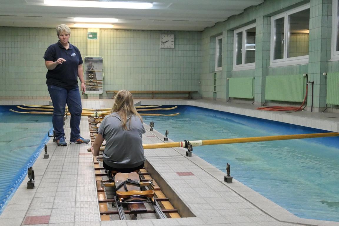 Die Trainerin erklärt die Rudertechnik