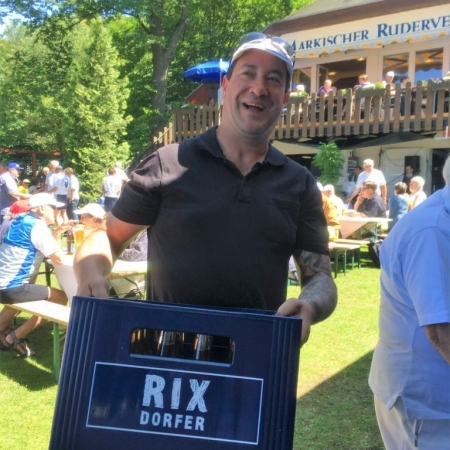 Andreas versorgt den Outdoor-Tresen im Hängerunterstand