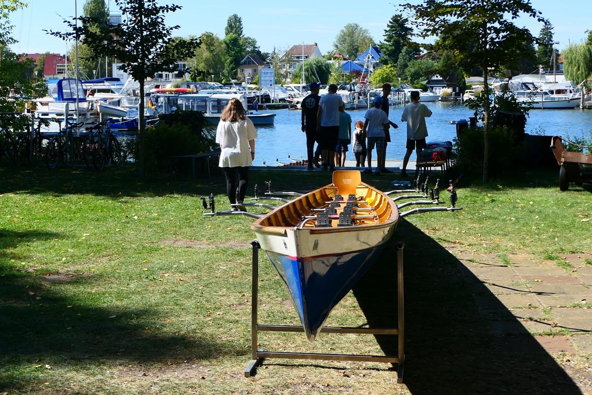 Ruderboot an Land