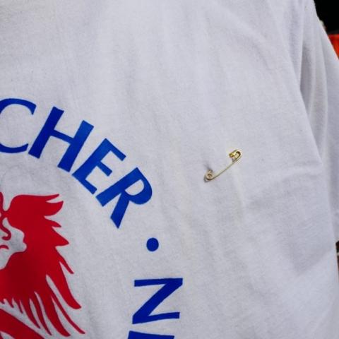 Sicherheitsnadel an T-Shirt