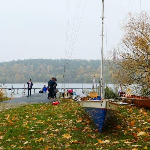 Ruderboot im Herbst an Land