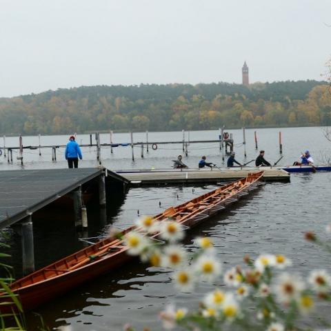 Holz-Achter am Steg im Wasser