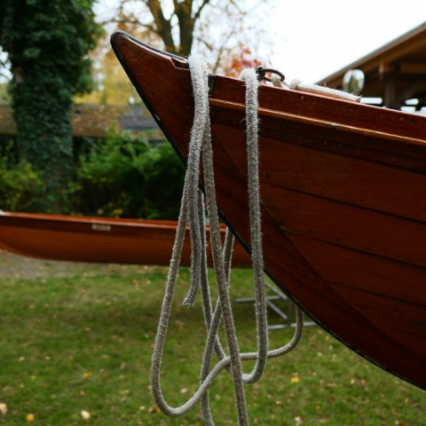 Bugleine am Bug eines Ruderboots