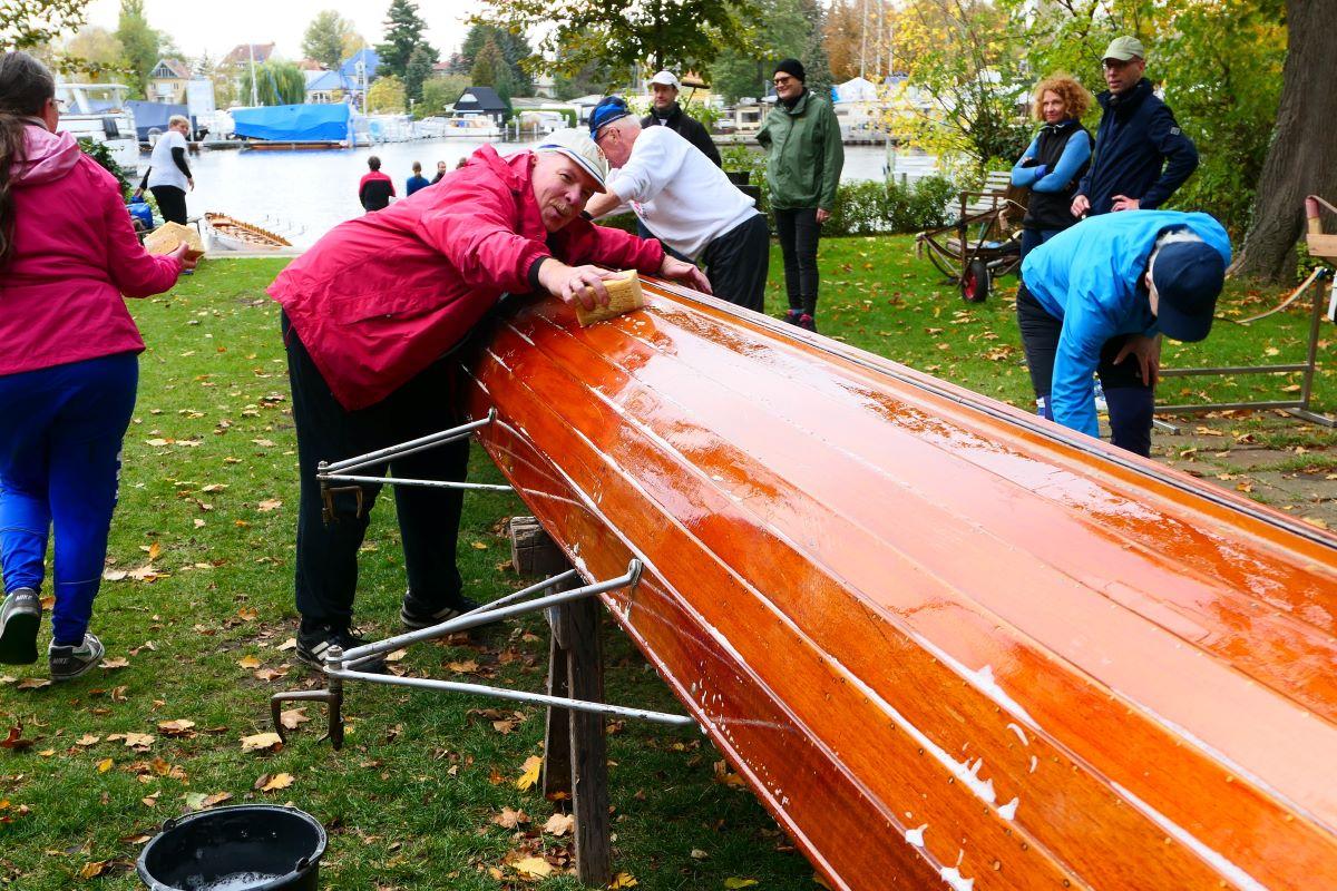 Ein Ruderboot wird geputzt