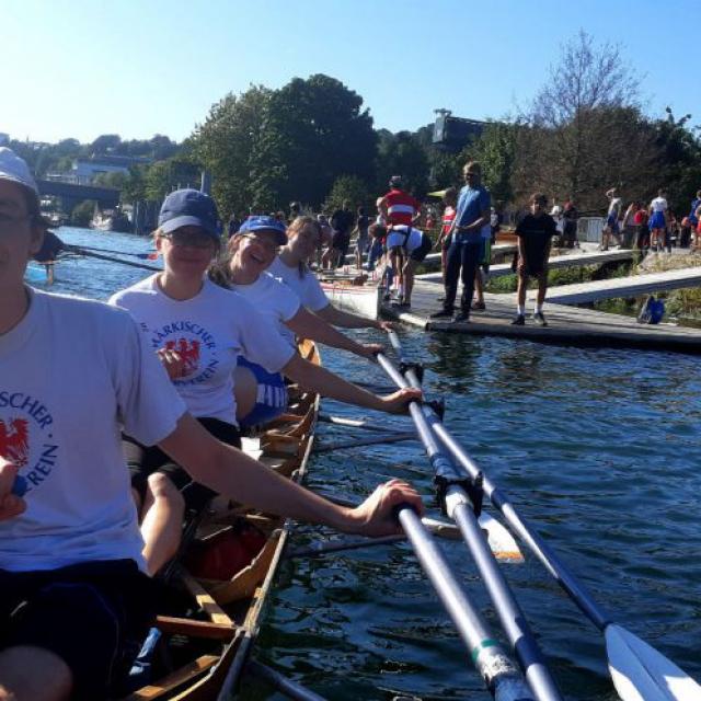 Ruderer im Ruderboot auf der Seine