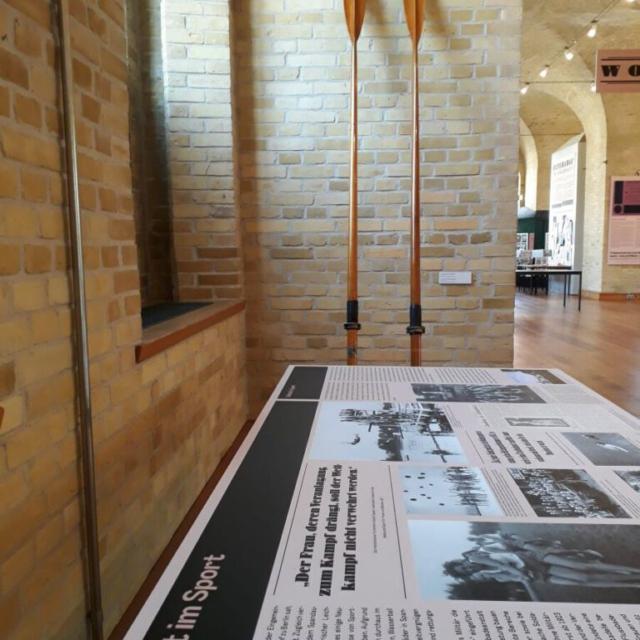 Alte Holz-Skulls zieren die Wand des Ausstellungsraums