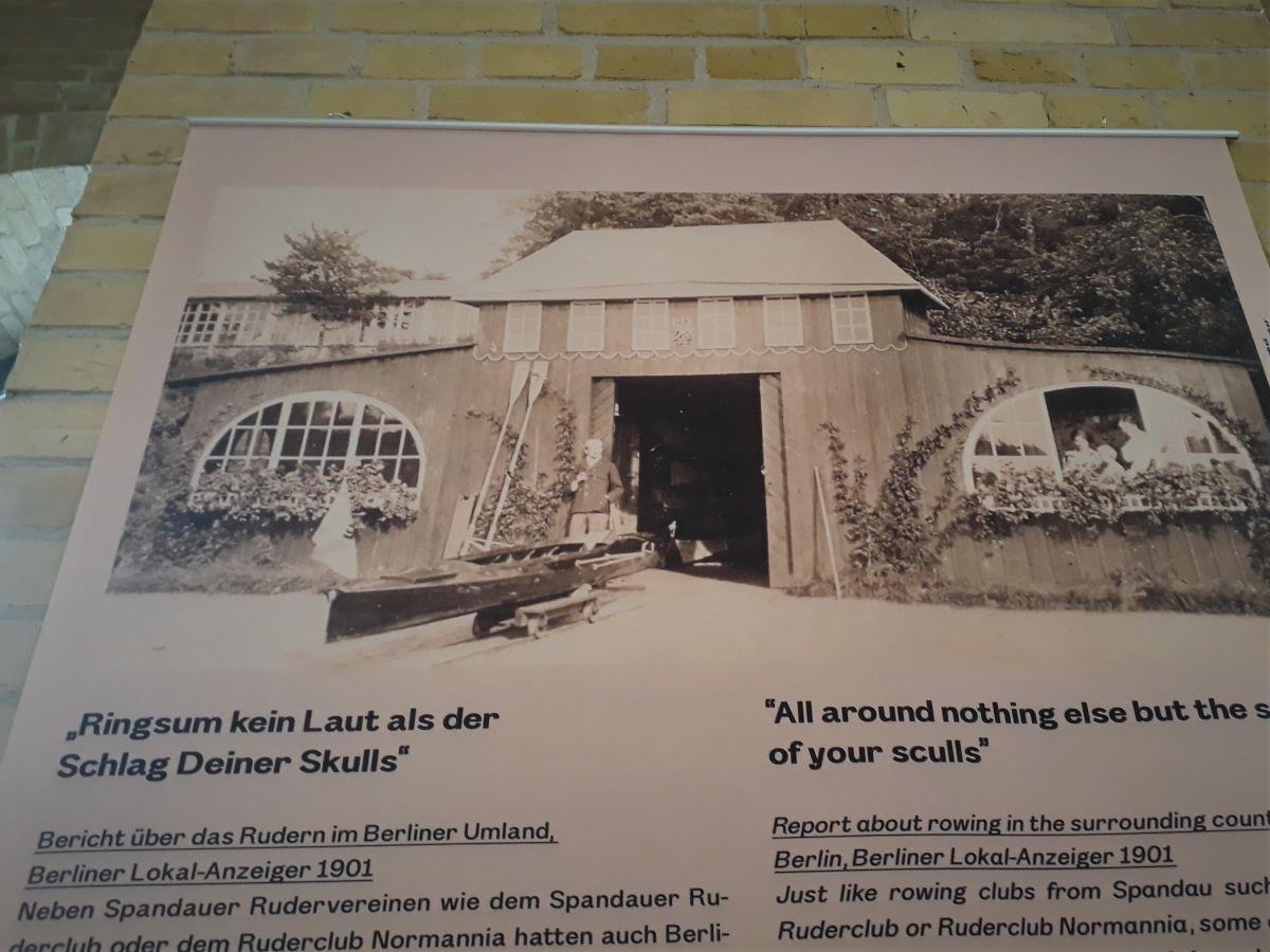 Das alte Bootshaus auf Pichelswerder auf dem Ausstellungsbanner