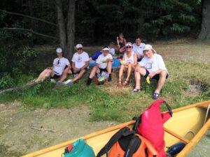 Die Teilnehmer der Wanderfahrt sitzen zusammen und machen Pause