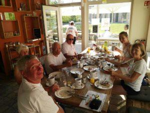 Ruderer sitzen zusammen und frühstücken