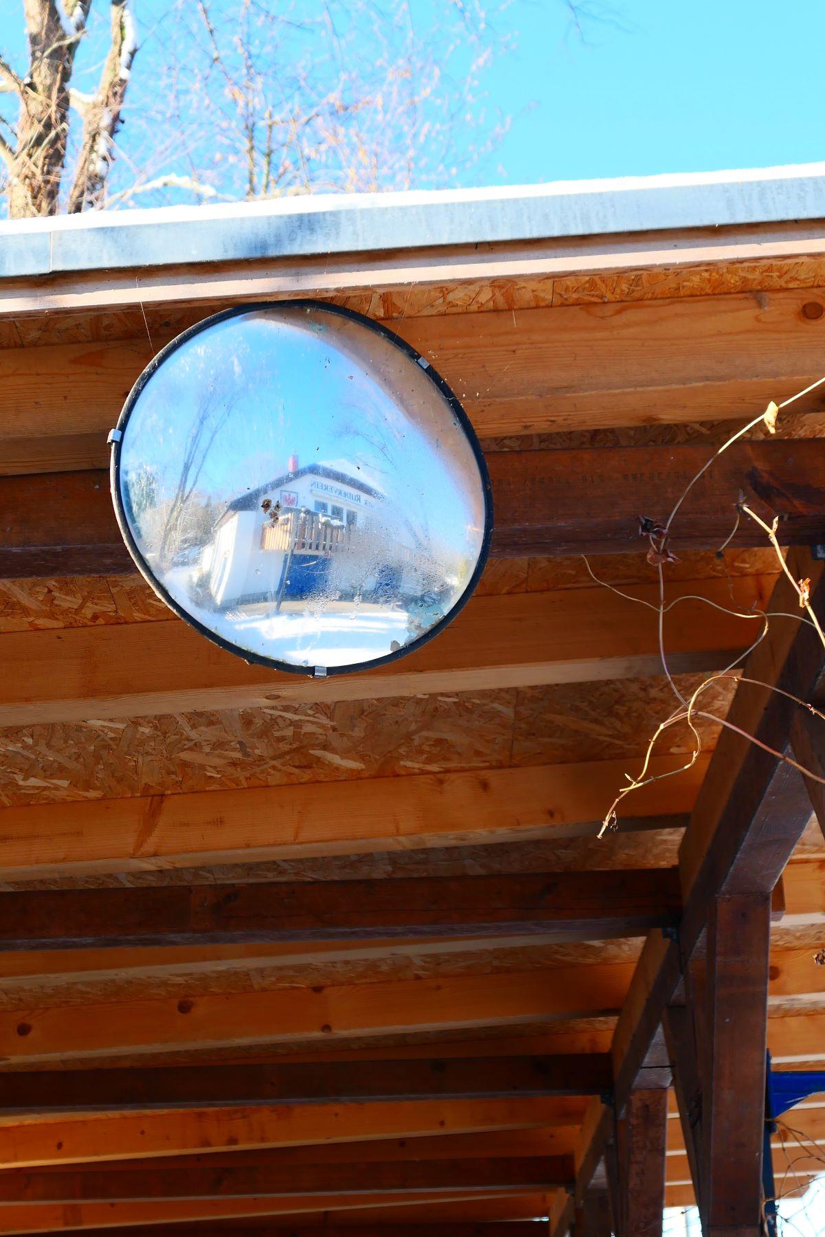 Das Bootshaus spiegelt sich im Spiegel am Carport